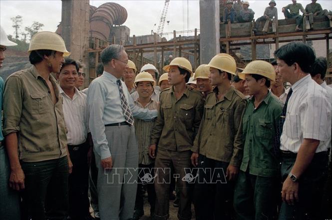 Chủ tịch nước Lê Đức Anh thăm hỏi cán bộ, công nhân xây dựng nhà máy thủy điện Thác Mơ (1994). Ảnh: Cao Phong/TTXVN