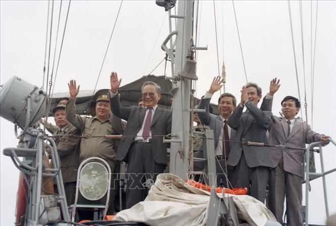 Chủ tịch nước Lê Đức Anh trên tàu hải quân đi thị sát vùng biển và Hải đảo tỉnh Quảng Ninh (1996). Ảnh: Cao Phong/TTXVN