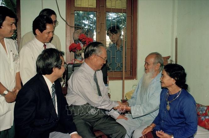 Trong thời gian đi thăm và làm việc tại Gia Lai, Chủ tịch nước Lê Đức Anh đã đến thăm và tặng quà anh hùng Núp và gia đình (người bên phải là vợ của anh hùng Núp). Ảnh: Cao Phong/TTXVN