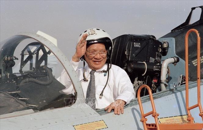 Chủ tịch nước Lê Đức Anh lên buồng lái máy bay chiến đấu Su-27 trong chuyến thăm Trung đoàn Không quân 937, Quân chủng Không quân Việt Nam (1/5/1996). Ảnh: Cao Phong/TTXVN