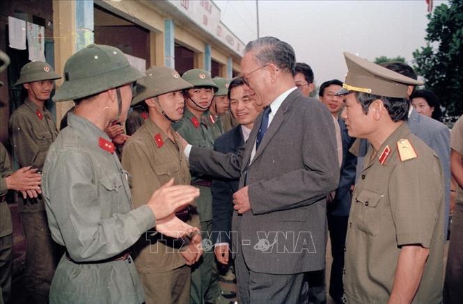 Chủ tịch nước Lê Đức Anh thân mật thăm hỏi các chiến sỹ trẻ mới nhập ngũ của Trung đoàn 43 bộ đội địa phương tỉnh Quảng Ninh (16/4/1994). Ảnh: Cao Phong/TTXVN