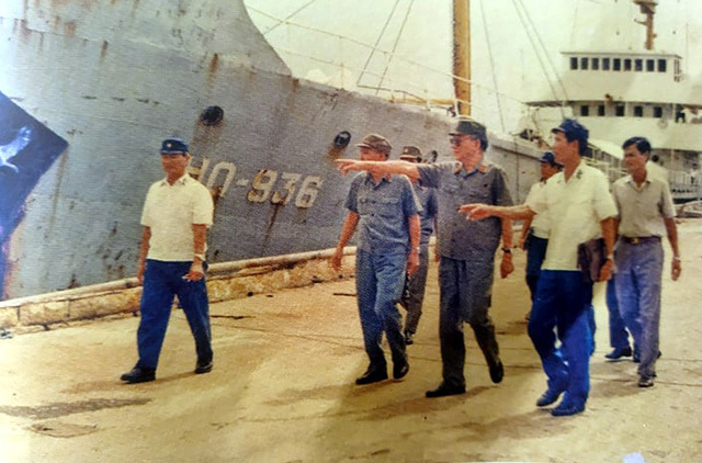 Đại tướng Lê Đức Anh - Bộ trưởng Quốc phòng kiểm tra tình hình tại quân cảng Cam Ranh, tháng 6/1987