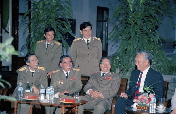 Chủ tịch nước Lê Đức Anh nói chuyện với Thiếu tướng Tư lệnh Quân khu V (1996). (Ảnh: Cao Phong/TTXVN)
