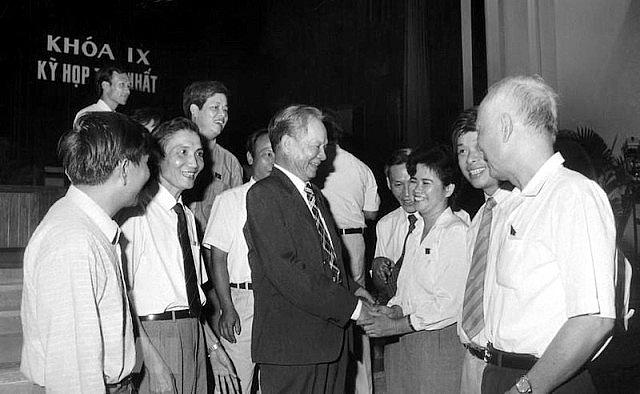 Đồng chí Lê Đức Anh với các đại biểu dự kỳ họp thứ nhất, Quốc hội khóa IX, từ 19-9 – 8-10-1992, tại Hội trường Ba Đình. Ảnh tư liệu