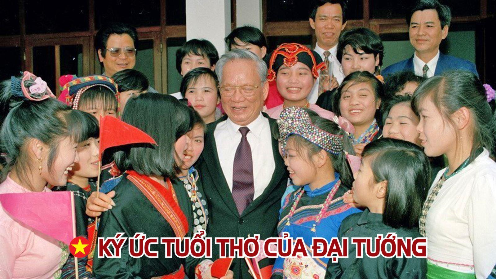 Chủ tịch nước Lê Đức Anh thăm thầy cô giáo và học sinh Trường Phổ thông dân tộc vùng cao Lai Châu, tháng 3/1996.