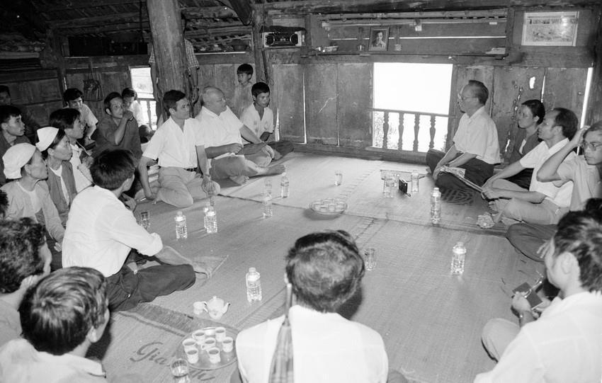 Chủ tịch nước Lê Đức Anh đến thăm và nói chuyện với đồng bào dân tộc ở bản Nưa, xã Vầy Nưa (vùng cao lòng hồ sông Đà), huyện Đà Bắc, Hòa Bình (1994).