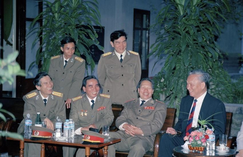 Chủ tịch nước Lê Đức Anh nói chuyện với Thiếu tướng Tư lệnh Quân khu V (1996).