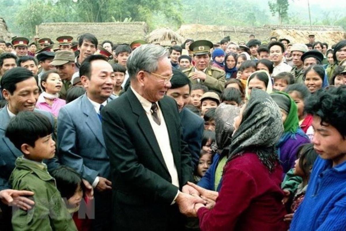 Chủ tịch nước Lê Đức Anh với nhân dân xã Phú Đình, huyện Định Hóa, tỉnh Bắc Thái, tháng 1/1995. (Ảnh: Cao Phong/TTXVN)