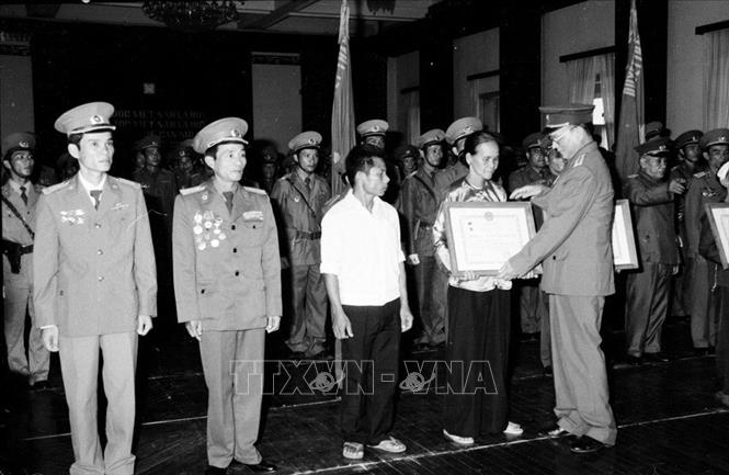 Đại tướng, Bộ trưởng Quốc phòng Lê Đức Anh trao tặng Danh hiệu Anh hùng lực lượng vũ trang cho 3 đơn vị và trao 8 Huân chương Quân công hạng Nhất cho cán bộ, chiến sĩ và đại diện các gia đình có người thân hy sinh trong khi làm nhiệm vụ quốc tế tại Campuchia. Ảnh: Minh Điền/TTXVN
