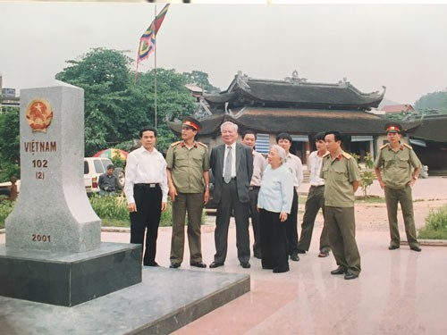 Đại tướng Lê Đức Anh và phu nhân trong chuyến thăm cột mốc biên giới Việt Nam - Trung Quốc. Ảnh: TƯ LIỆU