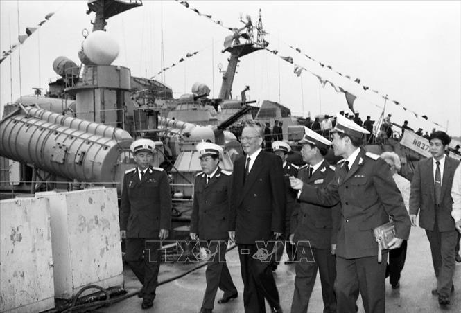 Chủ tịch nước Lê Đức Anh thăm các đơn vị của Hảiquân vùng 3, ngày 9/1/1996. Ảnh: Cao Phong/TTXVN