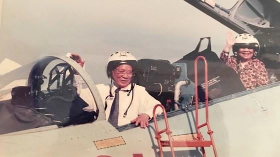 Ông Lê Đức Anh và phu nhân thăm trung đoàn không quân 937 vào tháng 5-1996.Ảnh: Tư liệu/ SGGP