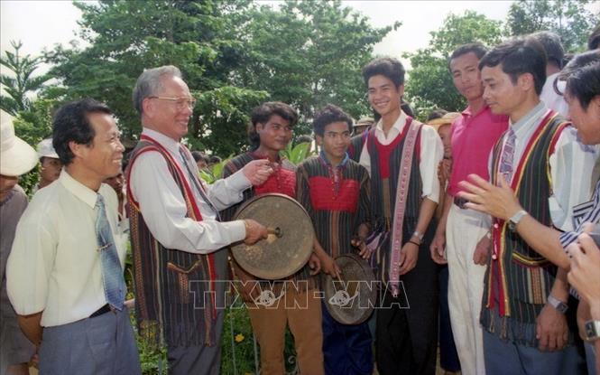 Chủ tịch nước Lê Đức Anh tham gia đánh cồng chiêng cùng đồng bào các dân tộc xã Bản Đôn, huyện Buôn Đôn trong chuyến thăm tỉnh Đắk Lắk, ngày 28/9/1996