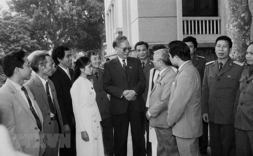 Trong ảnh: Chủ tịch nước Lê Đức Anh với các đại biểu dự Kỳ họp thứ hai, Quốc hội khóa IX tại Hà Nội, tháng 12/1992. (Ảnh: Xuân Lâm/TTXVN)