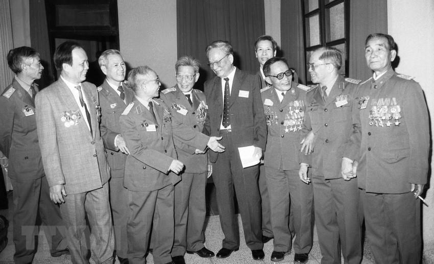 Chủ tịch nước Lê Đức Anh và các đại biểu dự Đại hội đại biểu toàn quốc Hội Cựu chiến binh Việt Nam lần thứ nhất, tháng 11/1992, tại Hà Nội. (Ảnh: Minh Điền/TTXVN)