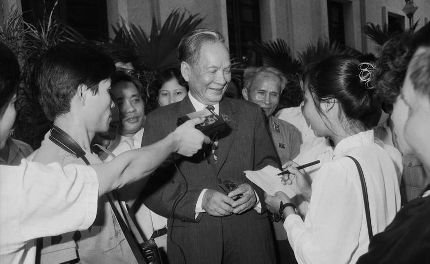 Chủ tịch nước Lê Đức Anh trả lời phỏng vấn báo chí tại Kỳ họp thứ nhất, Quốc hội khóa IX, ngày 23/9/1992. (Ảnh: Xuân Tuân/TTXVN)