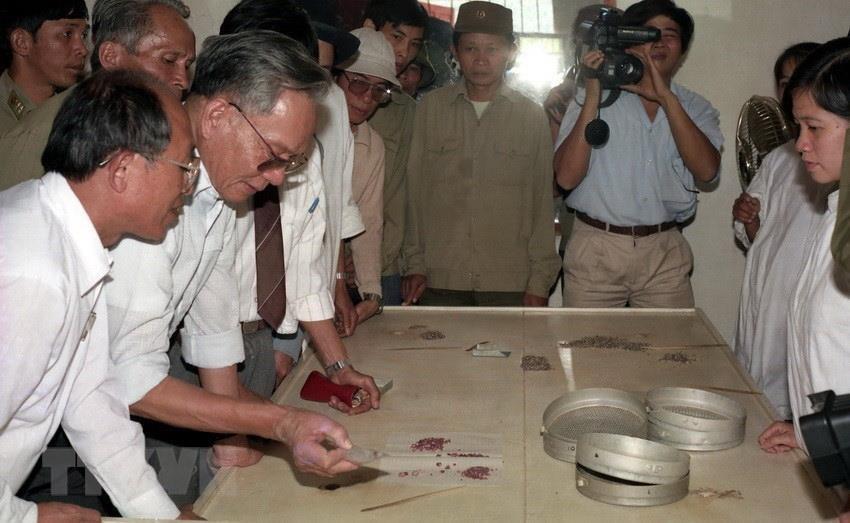 Chủ tịch nước Lê Đức Anh thăm Xí nghiệp Khai thác đá quý Quỳ Châu, tỉnh Nghệ An, ngày 27/10/1992. (Ảnh: Cao Phong/TTXVN)