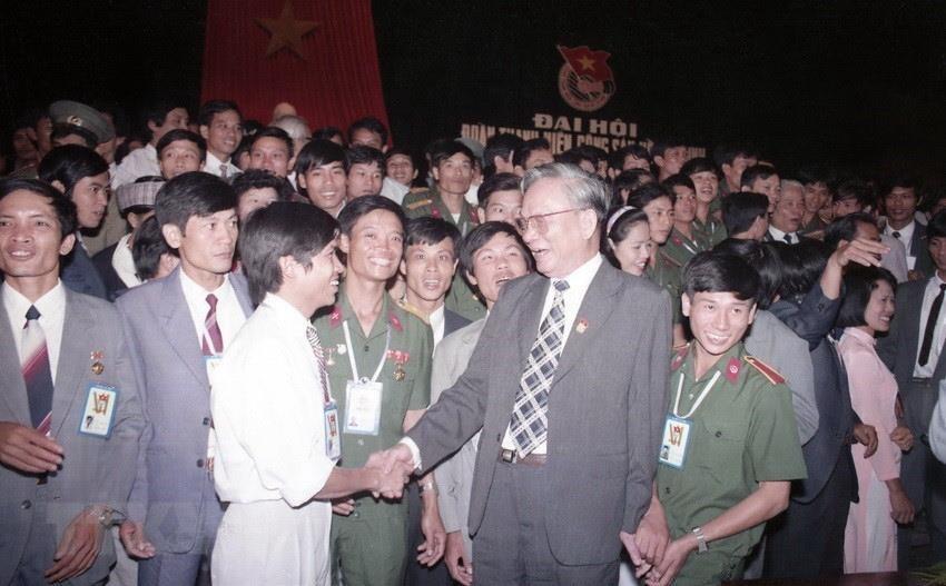 Chủ tịch nước Lê Đức Anh với các đại biểu dự Đại hội Đoàn Thanh niên Cộng sản Hồ Chí Minh lần thứ VI, tháng 10/1992, tại Hà Nội. (Ảnh: Cao Phong/TTXVN)