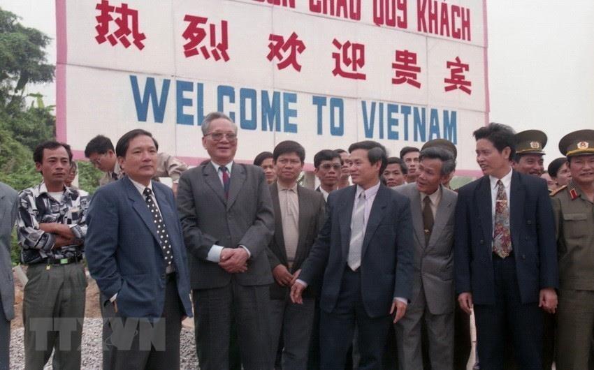 Chủ tịch nước Lê Đức Anh thăm cửa khẩu Bắc Luân, huyện Móng Cái (Quảng Ninh), ngày 16/4/1994. (Ảnh: Cao Phong/TTXVN)