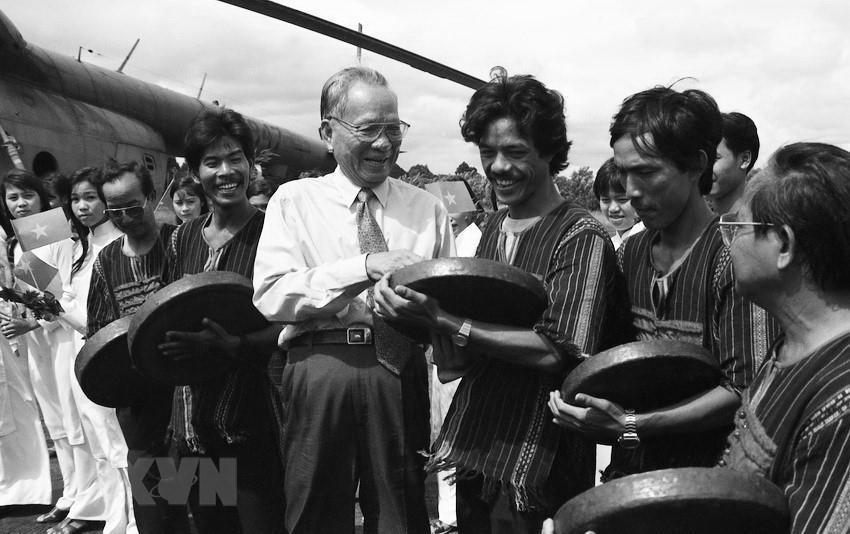 Chủ tịch nước Lê Đức Anh với đồng bào dân tộc ở Buôn Đôn (Đắk Lắk), ngày 28/9/1996. (Ảnh: Cao Phong/TTXVN)