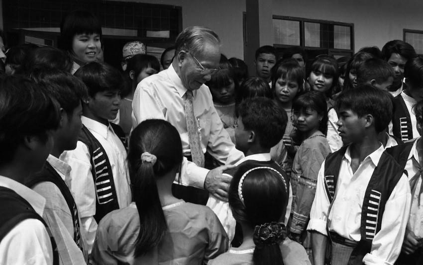 Chủ tịch nước Lê Đức Anh với học sinh trường PTTH huyện Ngọc Hồi (Kon Tum), ngày 25/9/1996. (Ảnh: Cao Phong/TTXVN)