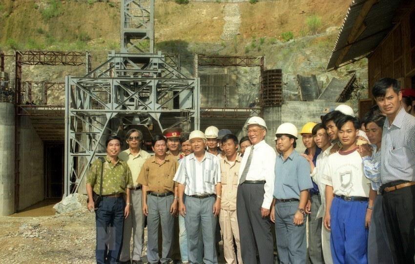 Chủ tịch nước Lê Đức Anh thăm công trình thủy điện Yaly (Gia Lai), ngày 26/9/1996. (Ảnh: Cao Phong/TTXVN)