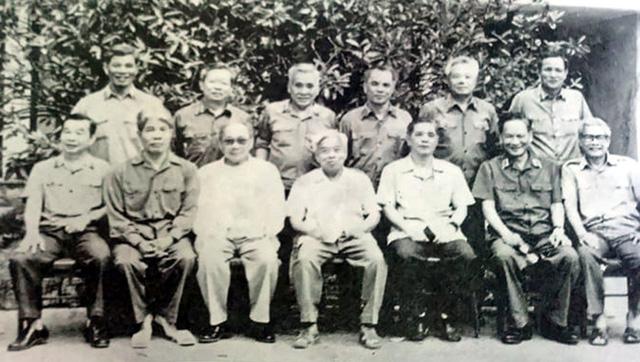Đại tướng Lê Đức Anh - Phó bí thư Đảng ủy Quân sự Trung ương, Bộ trưởng Bộ Quốc phòng (ngồi thứ hai từ phải sang) chụp ảnh lưu niệm cùng các đồng chí trong Đảng ủy Quân sự Trung ương tại Hà Nội, tháng 8/1987.