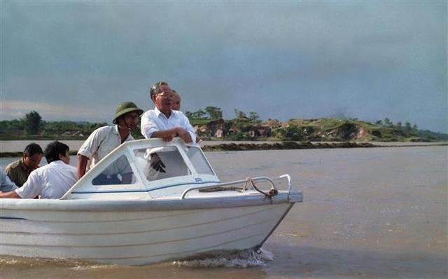 Chủ tịch nước Lê Đức Anh đi kiểm tra tình hình lũ lụt và bảo vệ đê điều ở xã Đức Long, huyện Quế Võ, tỉnh Hà Bắc (nay thuộc tỉnh Bắc Ninh), ngày 24/8/1996. Ảnh: Cao Phong-TTXVN
