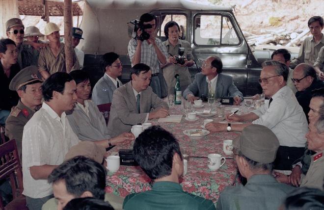 Chủ tịch nước Lê Đức Anh thăm và làm việc tại tỉnh Nghệ An ngày 27-28/10/1992. Đây cũng là một trong những chuyến công tác đầu tiên của Chủ tịch nước khi ông mới nhậm chức vào ngày 23/9/1992. Trong ảnh: Chủ tịch nước Lê Đức Anh và các lãnh đạo tỉnh tới thăm xí nghiệp khai thác đá quý huyện Quỳ Châu.