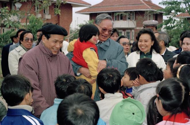 Ngày 20/1/1993, Chủ tich nước Lê Đức Anh tới thăm và chúc Tết làng trẻ em mồ côi SOS Hà Nội nhân dịp đầu xuân Quý Dậu.