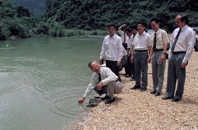 Chủ tịch nước Lê Đức Anh thăm suối Lê-nin ở khu di tích lịch sử Pắc Bó trong chuyến thăm và làm việc tại tỉnh Cao Bằng về vấn đề phát triển kinh tế, xã hội của tỉnh ngày 29-30/5/1995.