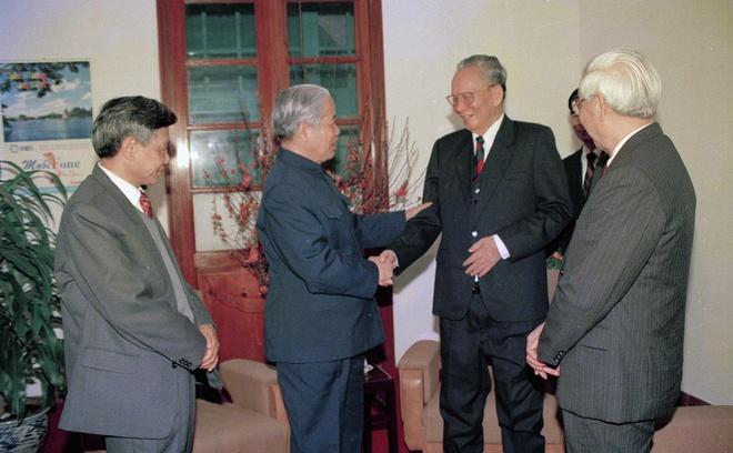 Ngày 31/1/1997, tại Hà Nội, Tổng bí thư Đỗ Mười và các lãnh đạo khác tới thăm hỏi, chúc sức khỏe ông Lê Đức Anh sau một thời gian lâm bệnh, đã trở lại bình phục.