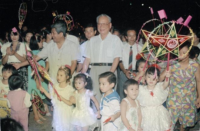 Ngày 19/9/1994, tại Cung văn hóa thiếu nhi Hà Nội, Chủ tịch nước Lê Đức Anh đến tặng quà và vui Tết Trung thu với các cháu thiếu nhi. Ảnh:TTXVN.
