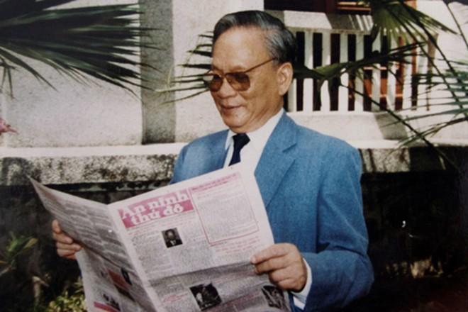 Chủ tịch nước Lê Đức Anh đọc Báo An ninh Thủ đô năm 1996