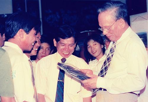 Chủ tịch nước Lê Đức Anh cùng lãnh đạo tỉnh Sông Bé thăm Công ty Thương mại- Xuất nhập khẩu Thanh Lễ năm 1995. Ảnh: XUÂN LỘC