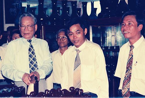 Chủ tịch nước Lê Đức Anh (bìa trái) và ông Hồ Minh Phương (bìa phải) thăm Công ty Thương mại - Xuất nhập khẩu Thanh Lễ năm 1995. Ảnh: XUÂN LỘC