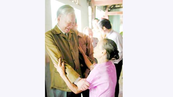 Chủ tịch nước Lê Đức Anh ghé thăm và tặng quà bậc cao niên tại xã Lộc An trong một lần về thăm quê