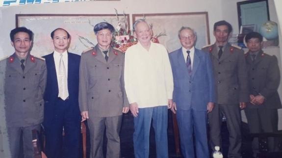 Đại tướng Lê Đức Anh với lãnh đạo, chỉ huy và các nhà khoa học Viện Kỹ thuật quân sự. Ảnh do tác giả cung cấp.