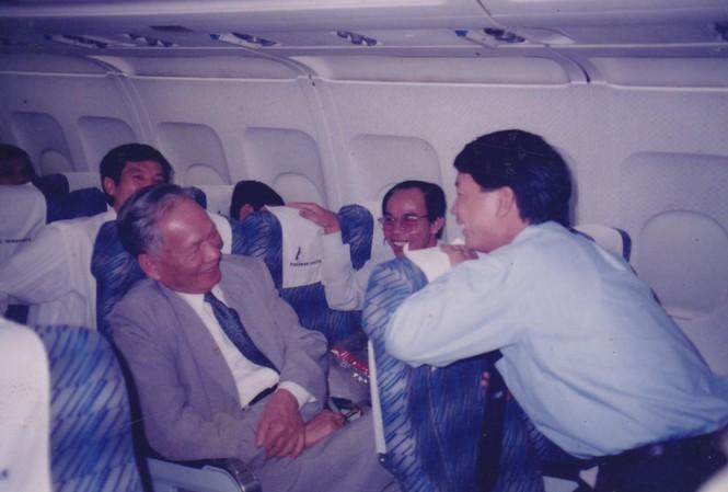 Chủ tịch nước Lê Đức Anh và biên tập viên Vũ Sơn Thủy trong một chuyến đi công tác nước ngoài năm 1995