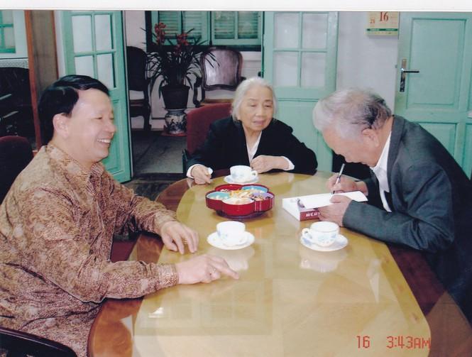 Đại tướng Lê Đức Anh và Phu nhân ký tặng sách cho Vũ Sơn Thủy