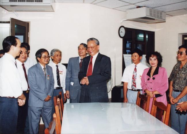 Chủ tịch nước Lê Đức Anh thăm Ban biên tập tin Trong nước, tháng 9/1995