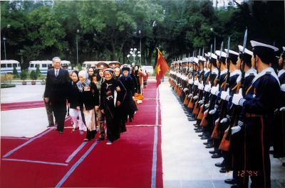Chủ tịch nước Lê Đức Anh cùng các bà mẹ Việt Nam anh hùng (được phong tặng danh hiệu đợt đầu tiên) duyệt hàng quân danh dự tại Phủ Chủ tịch ngày 29-12-1994